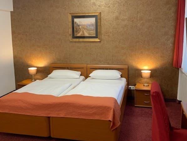 Ein Doppelzimmer des Hotels ist zu sehen.