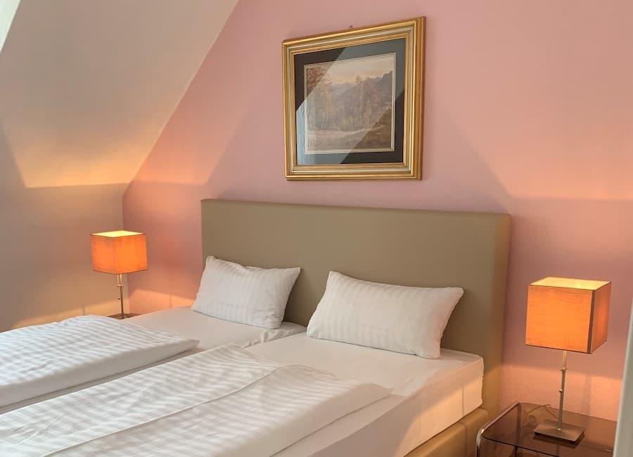 Auf dem Bild ist ein schönes Doppelzimmer des Hotels zu sehen.