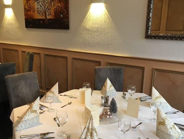 Ein gedeckter Tisch des Restaurants ist zu sehen.